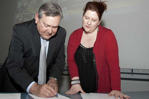 Geoff McPherson and Julie Posetti sign an agreement, 2011